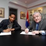 Manuel Onwu firma su primer contrato profesional